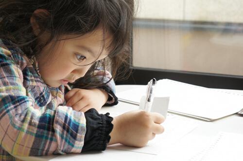 家で勉強に励む女の子