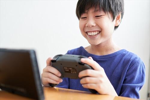 勉強せずにゲームを楽しむ男の子