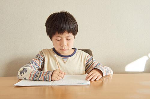 自主的に勉強する男の子
