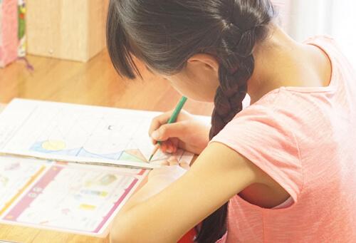 自宅で真面目に勉強する女の子