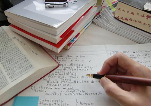 英語の勉強をする男の子