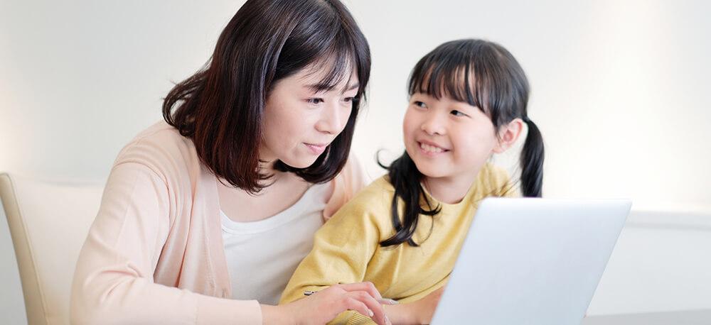 オンライン英会話のスクール選びをする親子