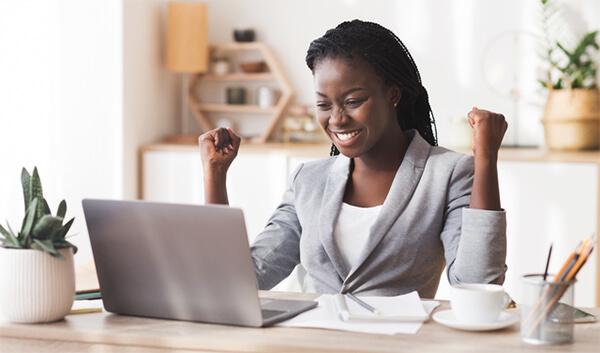 オンライン英会話で講師をしている女性