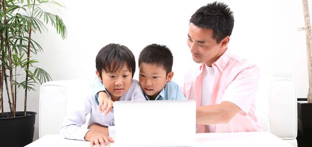 プログラミング学習に励む親子