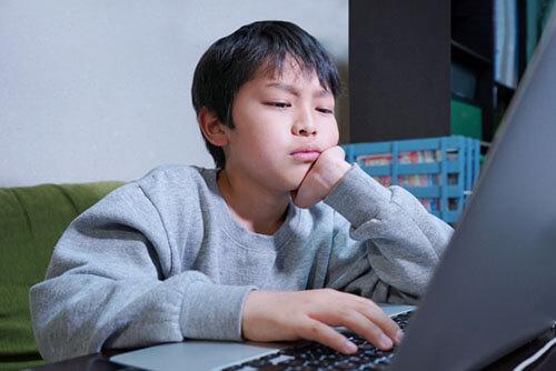 プログラミング学習に苦戦する男の子