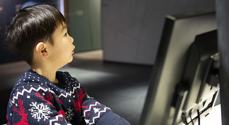 プログラミング試験の勉強をしている男の子