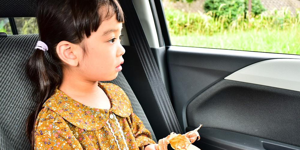 プログラミング教室まで車で送迎してもらう小学生
