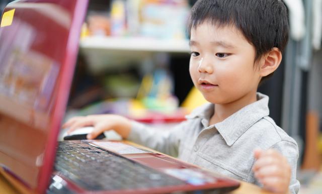 オンラインでプログラミングの授業を受ける男の子