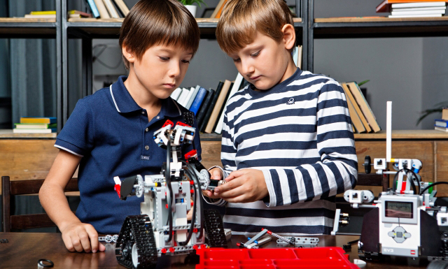 ロボットプログラミングを学ぶ2人の男の子