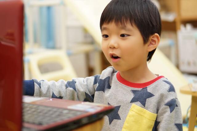 オンライン英会話を受講する男の子