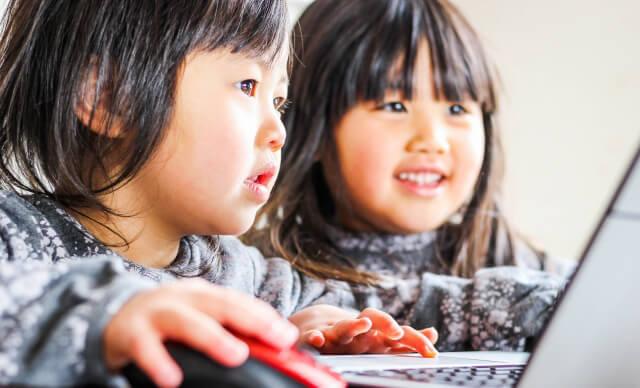 オンライン学習に励む姉妹