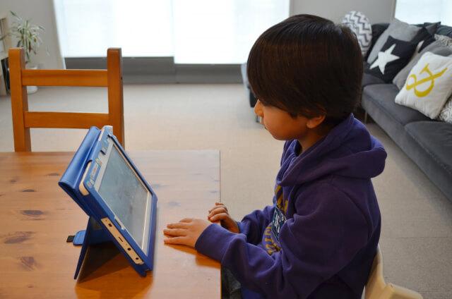 タブレット型の通信教育を受講する男の子