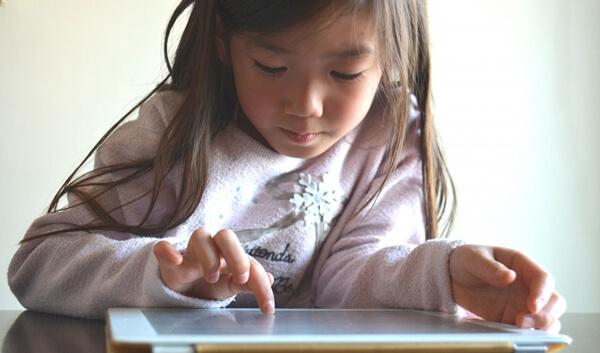 タブレットで通信教育に取り組む女の子