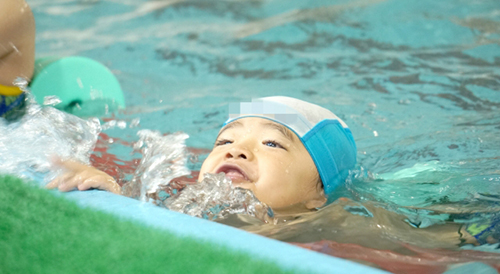 水泳を練習する男の子