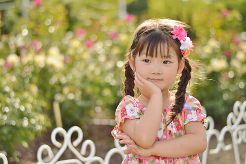 庭の前で何かを考える女の子