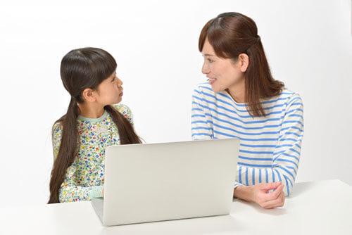 オンライン家庭教師に関して相談中の親子
