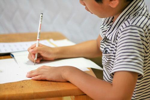 受験勉強に励む男の子