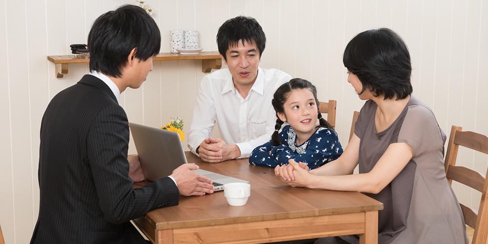 家庭教師の営業マンと話す家族