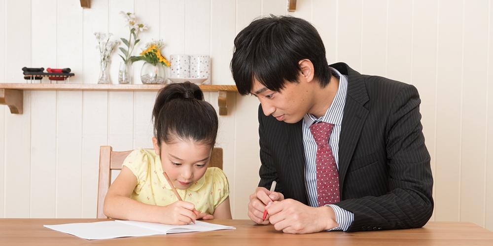 家庭教師の体験授業を受ける女の子