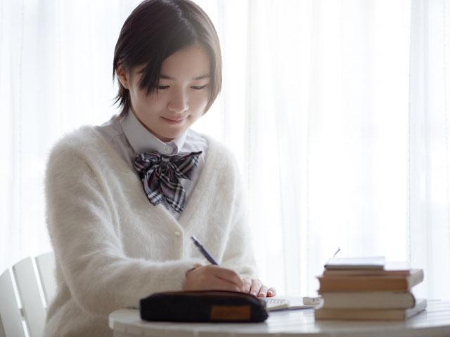 効率的な勉強をする女子高生
