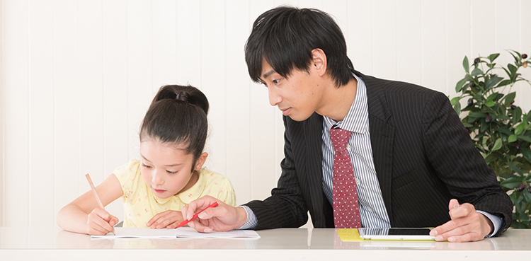 家庭教師に勉強を教わる女の子